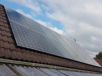 White sheet zonnepanelen geplaatst op schuin dak te Termunterzijl (Groningen) in oktober 2016