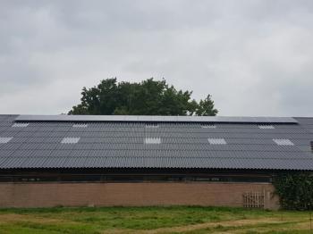 Blauwe zonnepanelen geplaatst op schuin dak te Benneveld (Drenthe) in oktober 2016