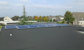 Blauwe zonnepanelen geplaatst op plat dak te Emmer Compascuum (Drenthe) in oktober 2016