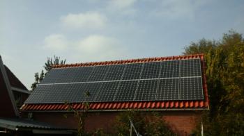 White sheet zonnepanelen geplaatst op schuin dak te Stadskanaal (Groningen) in oktober 2016