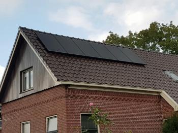 Zwarte zonnepanelen geplaatst op schuin dak te Garrelsweer (Groningen) in oktober 2016