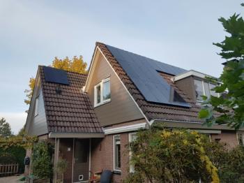 Zwarte zonnepanelen geplaatst op schuin dak te Emmen (Drenthe) in oktober 2016