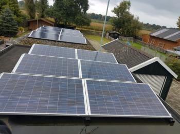Blauwe zonnepanelen geplaatst op plat dak te Hoogezand (Groningen) in oktober 2016