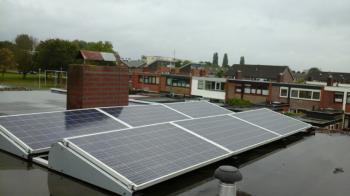 Blauwe zonnepanelen geplaatst op plat dak te Appingedam (Groningen) in oktober 2016