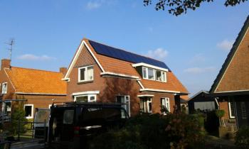 Zwarte zonnepanelen geplaatst op schuin dak te Veelerveen (Groningen) in oktober 2016