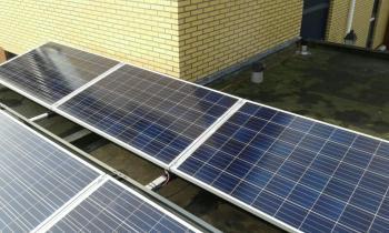 Blauwe zonnepanelen geplaatst op plat dak te Delfzijl (Groningen) in oktober 2016