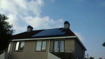 Zwarte zonnepanelen geplaatst op plat en schuin dak te Zuidbroek (Groningen) in oktober 2016