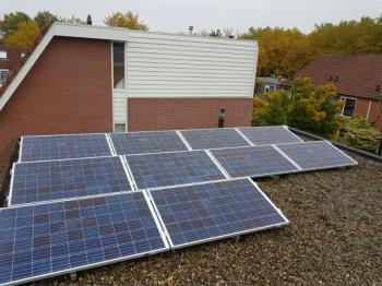 Blauwe zonnepanelen geplaatst op plat dak te Groningen (Groningen) in november 2016