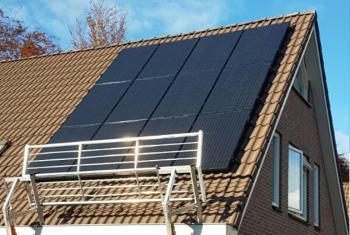 Zwarte zonnepanelen geplaatst op schuin dak te Ter Apel (Groningen) in november 2016