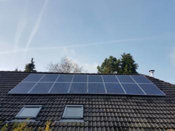 Blauwe zonnepanelen geplaatst op schuin dak te Bourtange (Groningen) in november 2016