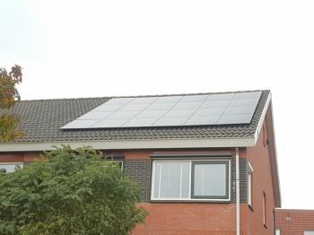 Zwarte zonnepanelen geplaatst op schuin dak te Groningen (Groningen) in november 2016