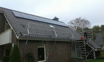 Zwarte zonnepanelen geplaatst op schuin dak te Sellingen (Groningen) in november 2016