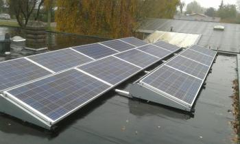 Blauwe zonnepanelen geplaatst op plat dak te Delfzijl (Groningen) in november 2016