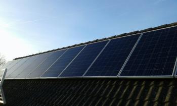 Blauwe actie zonnepanelen geplaatst op een schuin dak te Stadskanaal (Groningen) in november 2016