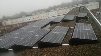 White sheet zonnepanelen geplaatst op plat dak te Groningen (Groningen) in december 2016