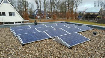 Blauwe zonnepanelen geplaatst op plat dak te Hoogezand (Groningen) in december 2016