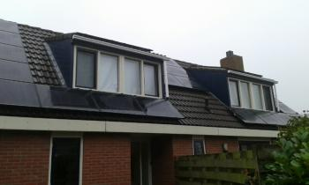 Zwarte zonnepanelen geplaatst op schuin dak te Heiligerlee (Groningen) in december 2016