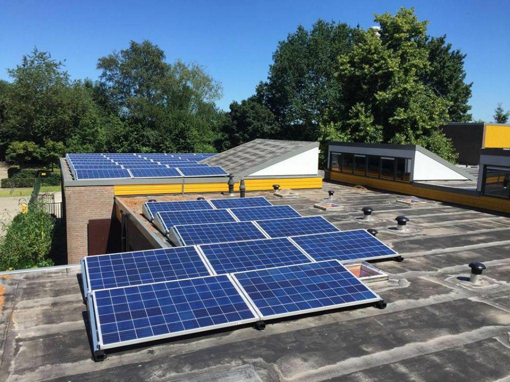 Blauwe zonnepanelen geplaatst op plat dak te ter apelkanaal in juli 2016 - Van schaduw dak ...